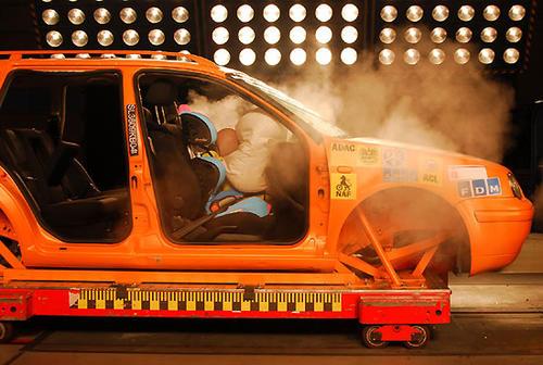 crashtest-mit-kindersitz-babyschale-und-airbag