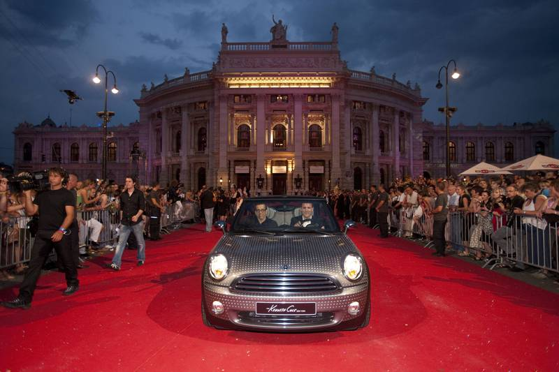 mini-life-ball-wiener-rathaus-red-carpet-kenneth-cole