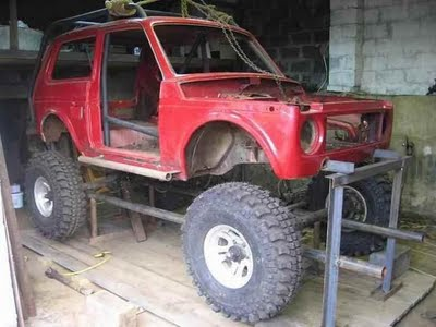 lada-monster-truck-in-der-hohe