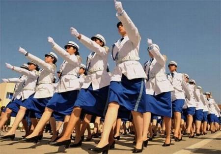 algerische-polizeiparade-frauen