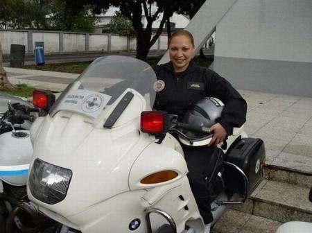 colombia-polizistin-auf-polizei-bmw-motorrad