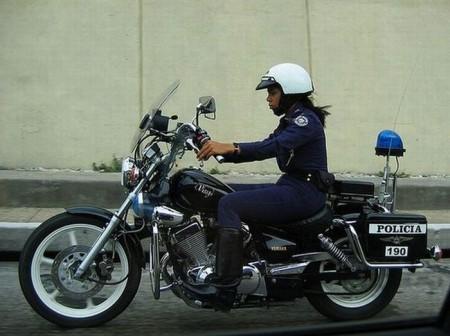 kuba-polizistin-auf-motorrad