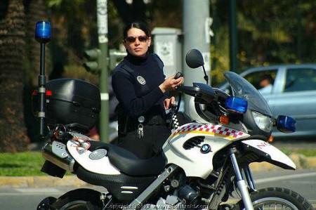 motorrad-fahrende-polizistin