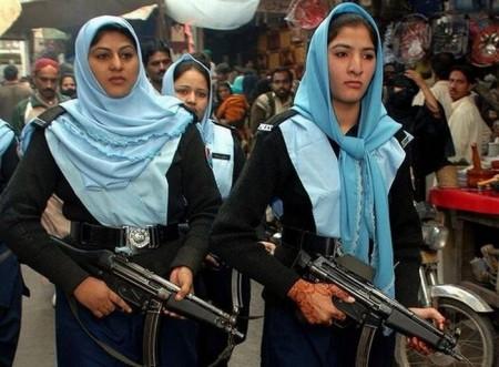 pakistanische-schwer-bewaffnete-polizistin