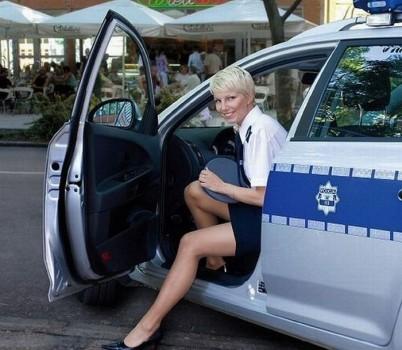 polnische-blondine-als-polizistin
