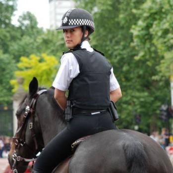 reitende-polizistin-schon-pferd
