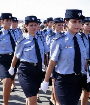 zypern-polizei-parade-frauen