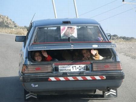 menschen-kinder-im-auto-kofferraum