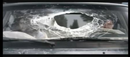 Auto Unfall Crash Frontscheibe Loch gesprungen