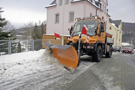 Räumdienst im Einsatz Winter Schnee Matsch Salz Fahrzeug